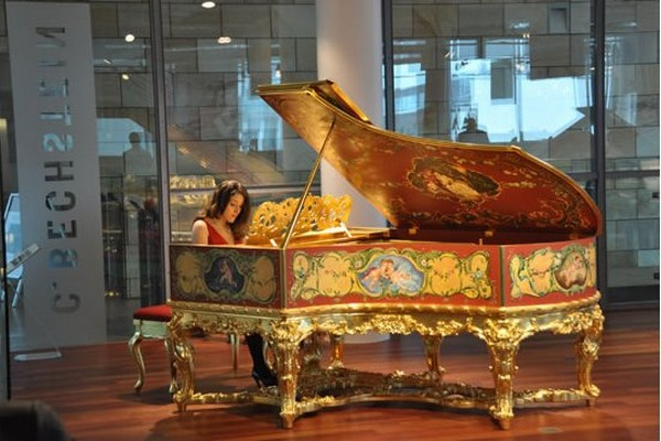 Golden Grand Piano1