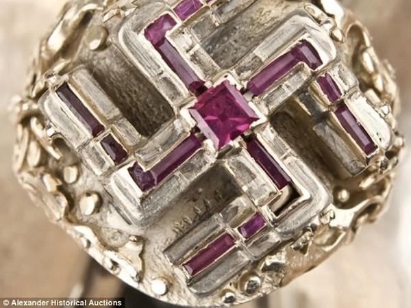 серебряное кольцо Гитлера с рубиновой свастикой