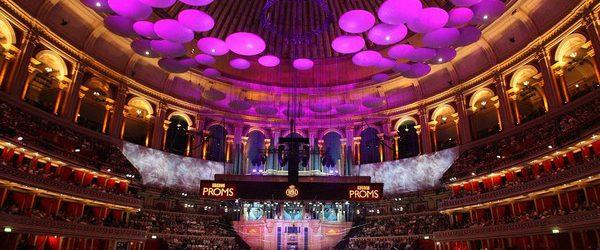 Вы скорей всего никогда не сможете поселиться около английской королевской семьи, но сможете посмотреть концерт, сидя в пару метров от королевы Елизаветы II. Лондонский концертный зал Альберт-холл, в котором ежегодно […]