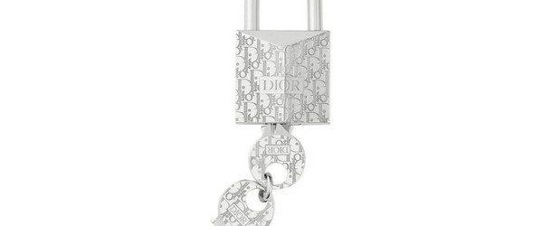Французский дом высокой моды Dior специально для своих поклонников, готовых покупать любые вещи с логотипом любимой торговой марки, выпусти навесной замок. Замок классической конструкции сделан во Франции из латуни покрытой […]