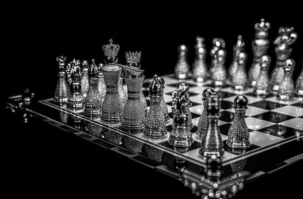 Самая дорогая шахматная доска в мире, украшенная алмазами, сапфирами и жемчугом стоит 4.000.000$